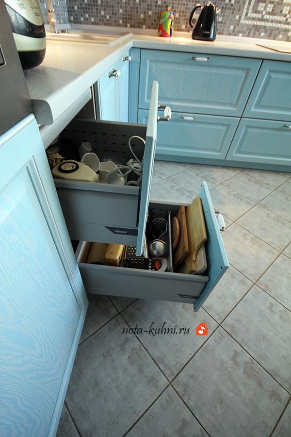 кухни из дерева с выдвижными ящиками blum