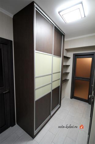 Второй шкаф находится в нише коридорного помещения, ведущего на кухню.