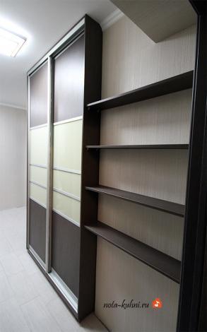 Здесь оригинальным решением является  расположение неглубоких открытых полочек для мелочей, идущих от правой части шкафа до стены.