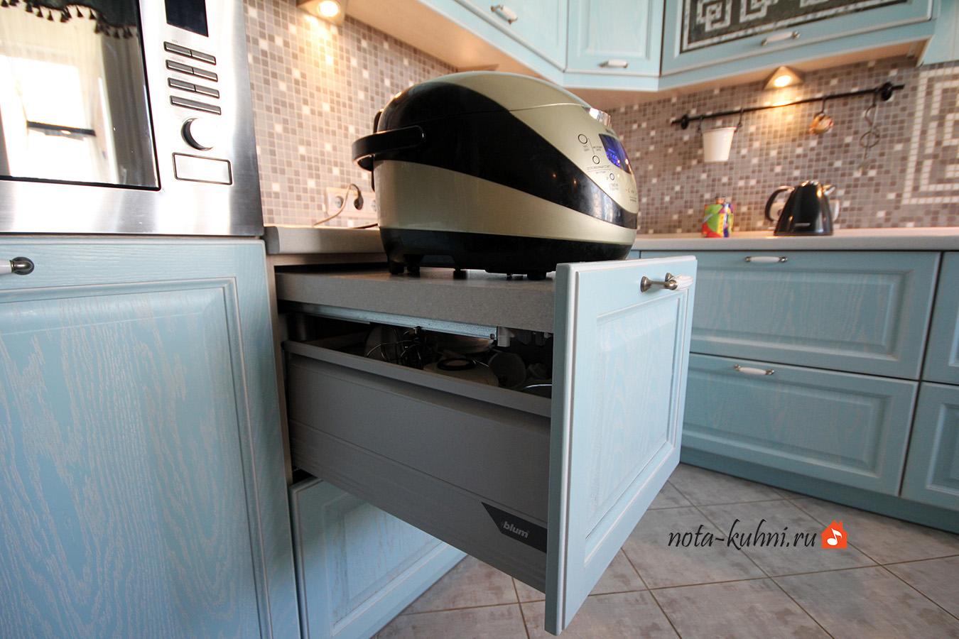 кухни из дерева с выдвижной разделочной доской
