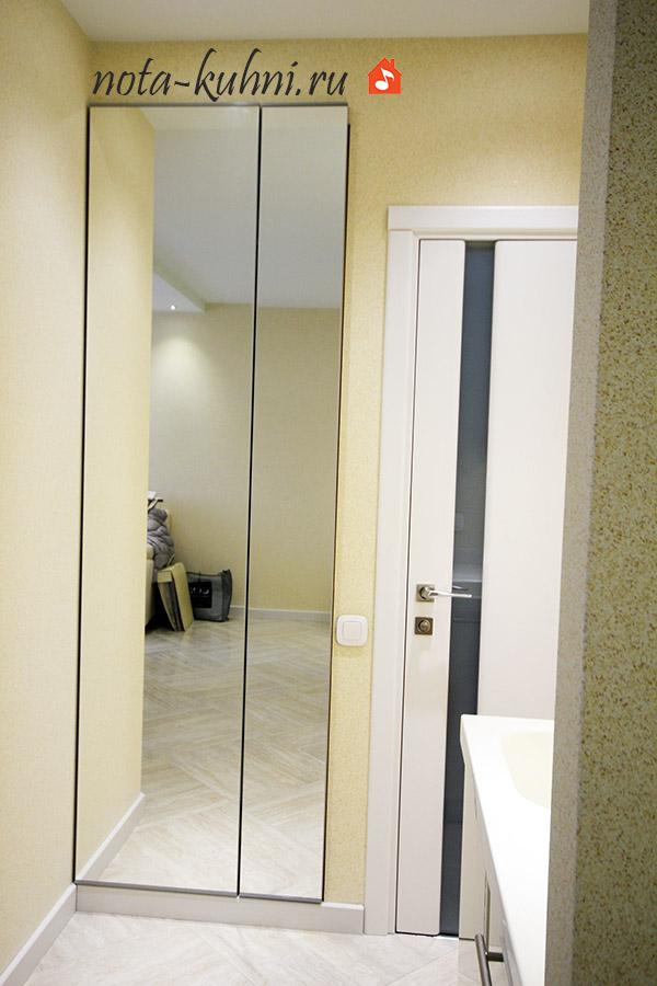 Встроенный в нишу шкаф с распашными дверьми